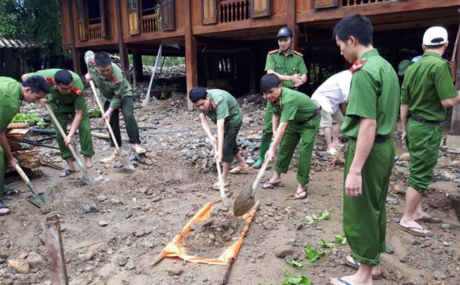 Cán bộ, chiến sĩ công an giúp người dân xã Sơn Lương, huyện Văn Chấn khắc phục hậu quả bão lũ năm 2018.