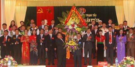 Đồng chí Phạm Duy Cường – Bí thư Tỉnh ủy (phải) tặng hoa chúc mừng Đại hội