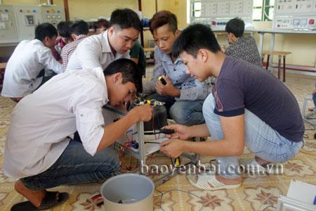 Học sinh trường Trung cấp Nghề Lục Yên trong giờ hướng dẫn sửa chữa đồ điện.