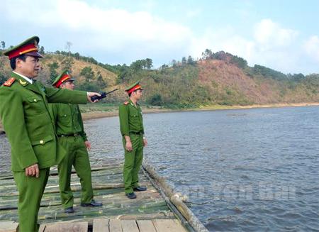 Công an huyện Văn Yên tuần tra, kiểm soát địa bàn khu vực ven sông Hồng.