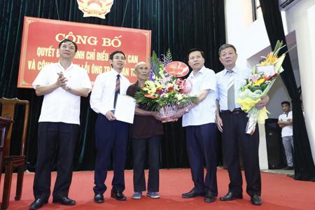 Đại diện TAND cấp cao, Viện Kiểm sát nhân dân Tối cao và lãnh đạo tỉnh Bắc Ninh tặng hoa ông Trần Văn Thêm.