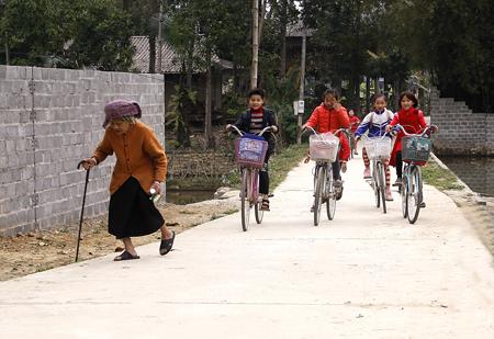 Việc cứng hóa các tuyến đường liên thôn ở xã Sơn A (Văn Chấn) giúp cho người dân và các em học sinh đi lại rất thuận tiện.