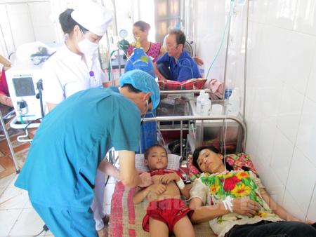 Chị Sính và cháu Tú xã Châu Quế Hạ được điều trị tại Khoa Hồi sức, cấp cứu - Nhi, Trung tâm Y tế huyện bị ngộ độc do ăn cóc, nhái.
