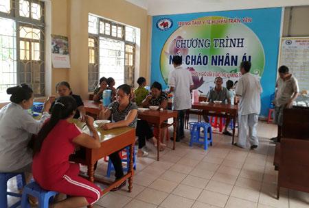 """Chương trình """"Nồi cháo nhân ái"""" được thực hiện đều đặn vào sáng thứ Tư hàng tuần, tại Trung tâm Y tế huyện Trấn Yên."""