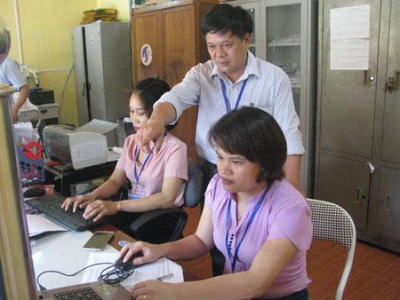 Lãnh đạo xã Yên Hưng kiểm tra công tác giải quyết thủ tục cho người dân tại bộ phận một cửa.