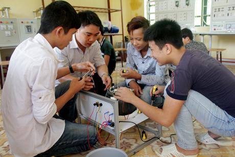 Học sinh hệ trung học phổ thông trên địa bàn huyện Lục Yên học nghề điện công nghiệp