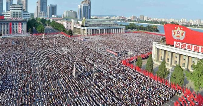 Người Triều Tiên diễu hành với cờ và biểu ngữ