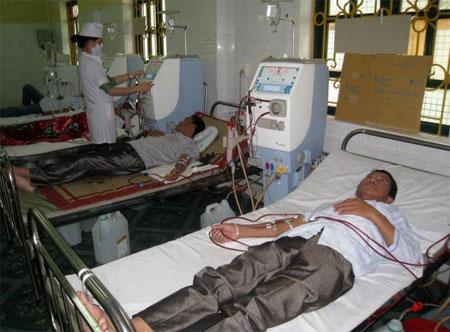 Cán bộ Trung tâm Thận nhân tạo (Khoa Nội - Hồi sức cấp cứu - Thận nhân tạo) Bệnh viện Đa khoa thành phố Yên Bái vận hành thiết bị điều trị cho bệnh nhân.