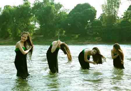 Thiếu nữ Thái sẽ gội đầu bên dòng suối. (Ảnh minh hoạ)