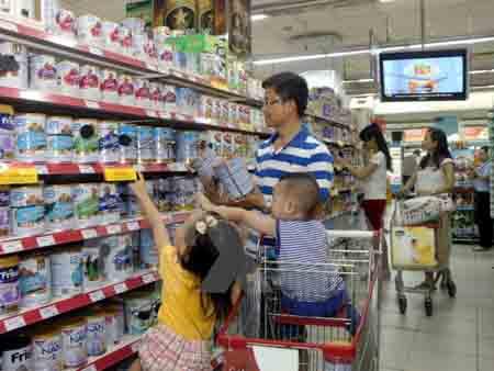 Người tiêu dùng chọn mua sản phẩm sữa tại siêu thị.