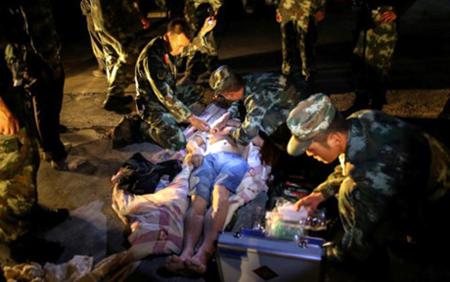 Một nạn nhân bị thương bị các lực lượng cứu hộ chăm sóc.