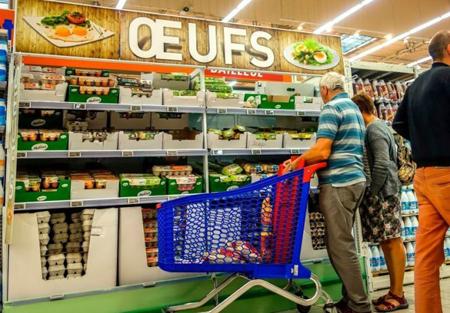 Người dân đứng trước khu bày bán trứng trong một siêu thị ở Lille, Pháp.
