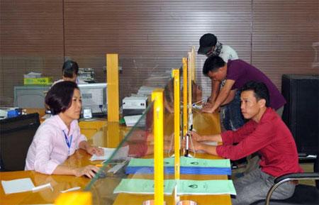 Người dân đến giao dịch vay vốn tại Phòng Giao dịch NHCSXH huyện Lục Yên.