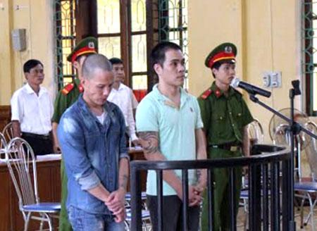 Các bị cáo Đoàn Văn Nam và Cao Tất Thành trước vành móng ngựa.