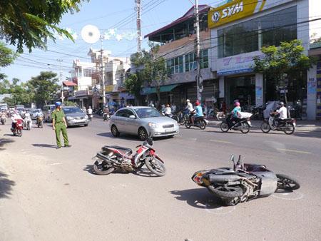 Nhiều xe máy bị xe ô tô tông nằm ngổn ngang trên đường.