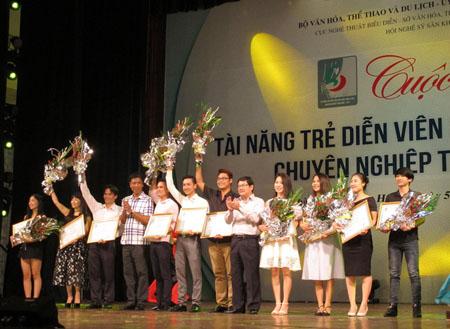 Các nghệ sĩ chèo - tuồng tuối dưới 35 nhận huy chương tại lễ bế mạc diễn ra tối 14/8.