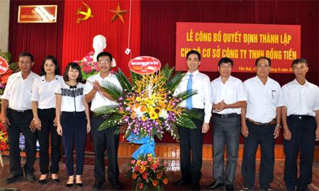 Lãnh đạo Đảng ủy Khối Doanh nghiệp tỉnh trao Quyết định thành lập Chi bộ cơ sở Công ty TNHH Đồng Tiến.