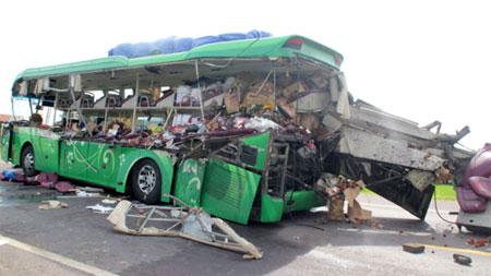 Xe khách bị biến dạng sau vụ tai nạn.