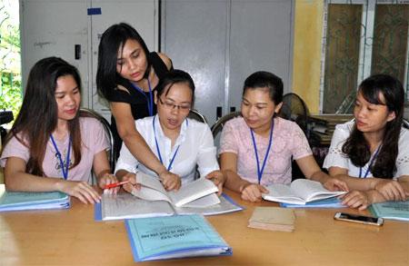 Chị Nguyễn Kim Lê (ngồi thứ 2 trái sang) trao đổi chuyên môn cùng đồng nghiệp.