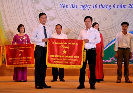 Phó Chủ tịch UBND tỉnh Dương Văn Tiến tặng cờ thi đua của UBND tỉnh cho 7 tập thể có thành tích xuất sắc trong phong trào thi đua yêu nước, năm học 2016 - 2017.