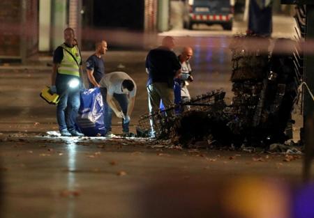 Lực lượng chức năng đang điều tra manh mối của kẻ lái xe tải tại hiện trường vụ đâm xe.