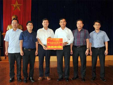Đồng chí Nguyễn Chiến Thắng - Ủy viên Ban Thường vụ Tỉnh ủy, Phó Chủ tịch UBND tỉnh tiếp nhận kinh phí hỗ trợ của Bộ Xây dựng.
