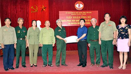 Đồng chí Phan Văn Mười – Chủ tịch Hội Truyền thống Trường Sơn -  Đường Hồ Chí Minh tỉnh Hưng Yên trao hàng cứu trợ cho lãnh đạo Ủy ban MTTQ tỉnh.