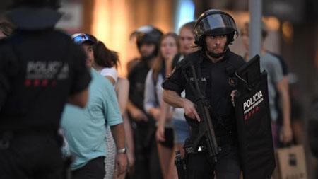 Lực lượng an ninh Tây Ban Nha làm nhiệm vụ gần hiện trường vụ tấn công ở Barcelona hôm 17/8.