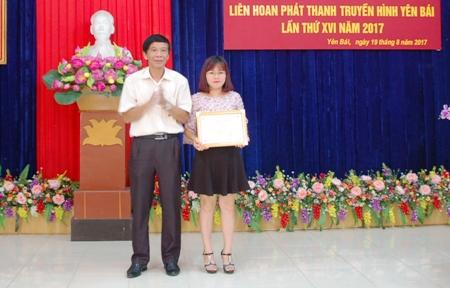 Đồng chí Hà Minh Ất - Giám đốc Đài PT - TH tỉnh Yên Bái trao giải Nhất thể loại phóng sự truyền hình.