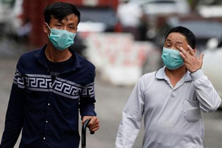 Người dân ở Yangon đeo khẩu trang để phòng tránh cúm H1N1.