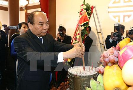 Thủ tướng Nguyễn Xuân Phúc thăm và đặt hoa tại khu tưởng niệm Chủ tịch Hồ Chí Minh.