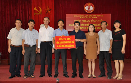 Lãnh đạo Công ty Thiết bị điện Đông Anh - Hà Nội trao 50 triệu đồng hỗ trợ nhân dân huyện Mù Cang Chải cho đại diện Ủy ban MTTQ tỉnh.