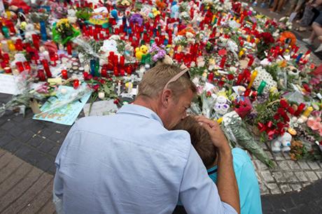 Người dân tưởng niệm các nạn nhân trong vụ tấn công tại Barcelona.