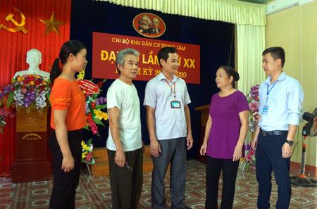 Bí thư Đảng ủy phường Đồng Tâm - Nguyễn Đình Hưng (đứng giữa) trao đổi với cán bộ, đảng viên Chi bộ Trung Tâm về việc đưa Chỉ thị 05 vào cuộc sống.