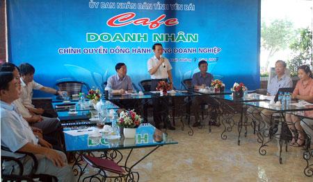 Đồng chí Chủ tịch UBND tỉnh  Đỗ Đức Duy chia sẻ khó khăn, giải đáp các đề xuất, kiến nghị của doanh nghiệp, doanh nhân tại Chương trình Cafe doanh nhân - Chính quyền đồng hành cùng doanh nghiệp.