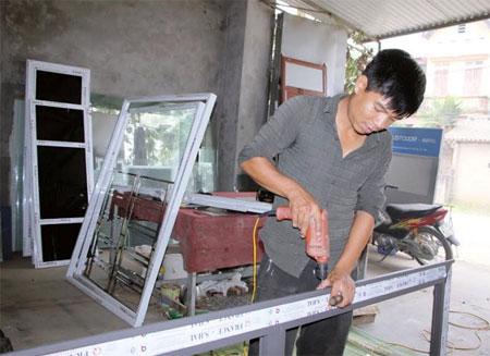 Cửa hàng nhôm kính của anh Nguyễn Ngọc Tài.