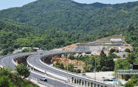 Sau 8 năm triển khai dự án, hầm đường bộ Đèo Cả chính thức thông xe và đưa vào khai thác hôm nay (21/8).