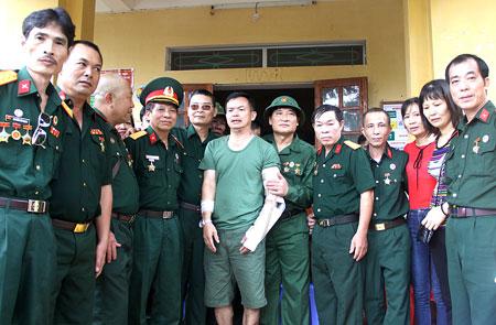 Cựu chiến binh Phạm Xuân Thanh trong vòng tay những người đồng đội năm xưa.