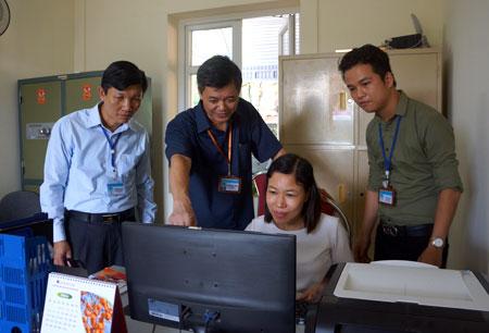 Đồng chí Nguyễn Huy Cường (thứ hai, trái sang) trao đổi nghiệp vụ công tác với cán bộ Văn phòng Sở Tư pháp.