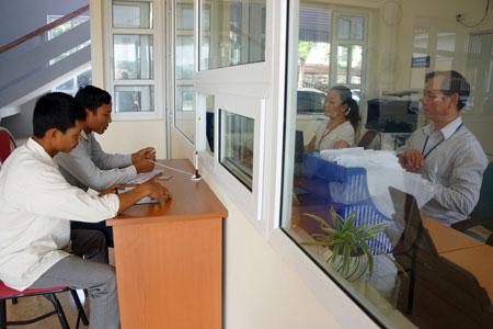 Bộ phận một cửa Sở Tư pháp luôn bảo đảm phục vụ trên 100 lượt người dân đến giao dịch mỗi tháng. (Ảnh: Thanh Hương)