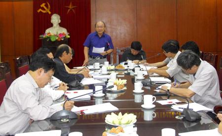 Đồng chí Võ Văn Phuông phát biểu tại cuộc họp.