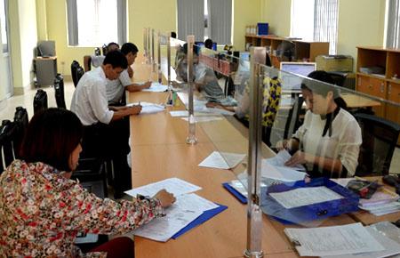 Bộ phận một cửa của Chi cục Thuế thành phố Yên Bái tạo điều kiện thuận lợi cho người nộp thuế đến giao dịch. (Ảnh mang tính minh hoạ)