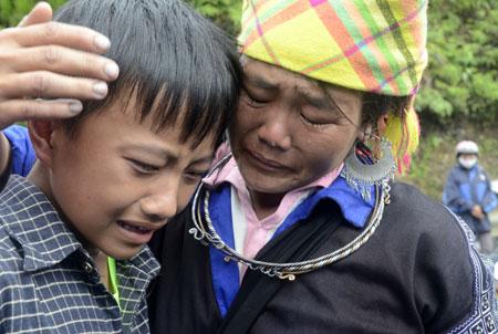 Người nhà anh Giàng A Hù - tổ 8, thị trấn Mù Cang Chải (một trong 15 nạn nhân bị chết và mất tích) đau đớn khi mất đi người thân.