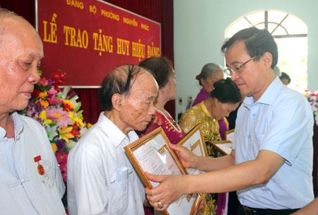 Lãnh đạo Thành ủy Yên Bái trao huy hiệu Đảng cho đảng viên.