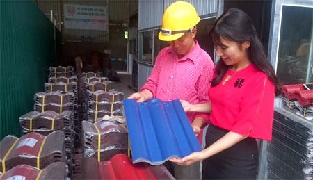 Giám đốc Công ty Nasaki Việt Nam Nguyễn Thị Khuyên giới thiệu sản phẩm ngói màu cao cấp.