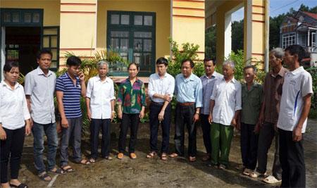 Lãnh đạo Đảng ủy xã Âu Lâu trao đổi với các đảng viên Chi bộ thôn Đồng Đình về công tác triển khai thực hiện Chỉ thị số 05.