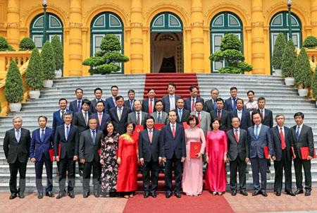 Chủ tịch nước Trần Đại Quang chụp ảnh chung với các đại sứ, trưởng đại diện cơ quan ngoại giao Việt Nam ở nước ngoài.