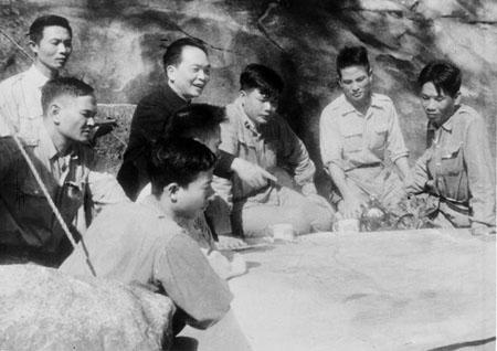 Bộ chỉ huy chiến dịch dưới sự chỉ đạo trực tiếp của Đại tướng Võ Nguyên Giáp đang bàn kế hoạch tác chiến cho từng trận đánh.