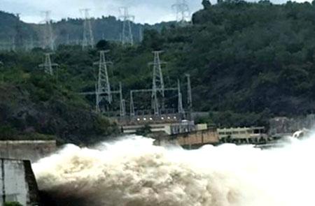 Thủy điện Sơn La mở cửa xả đáy vào 14h ngày 9.8; Thủy điện Hòa Bình mở thêm 1 cửa xả đáy từ 17h cùng ngày.