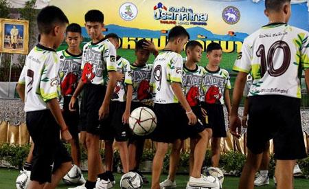 Thành viên đội bóng nhí Thái Lan đang chơi bóng tại buổi họp báo hôm 18-7.